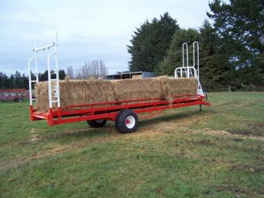 Square bale feeder